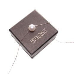 perla na zlatém řetízku